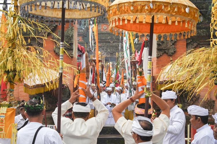 upacara adat saraswati